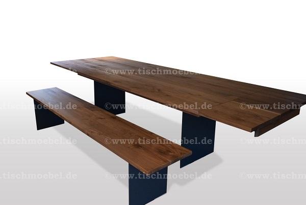Nussbaum-tisch-und-sitzbank-auf-schwarzstahl-wangen